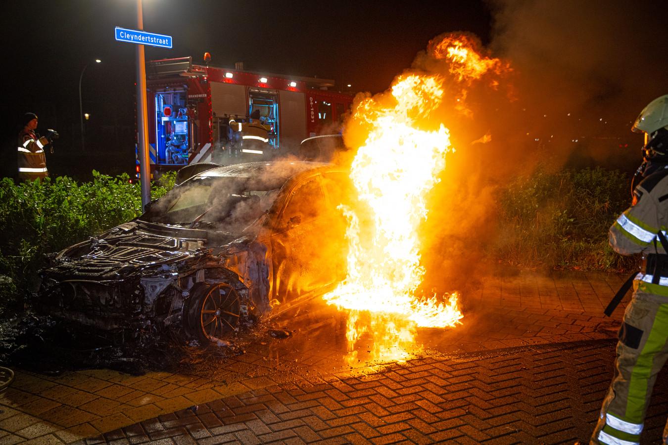 De BMW die de Cleynderstraat in brand werd gestoken, bleek de verkeerde. Een vergisauto.