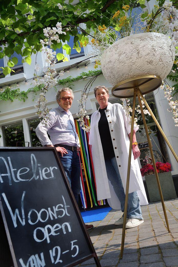 Hans en Mattie Oerlemans voor hun Atelier Woonst in de Moeregrebstraat in Bergen op Zoom.