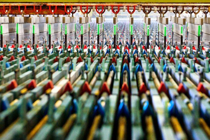 Duizenden aluminium platen 'vangen' zuivere zink tijdens het elektrolyseproces in de zinkfabriek van Nyrstar.