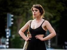Julia roept vrouwen op een vuist te maken tegen straatintimidatie: 'Stappen samen naar de politie'