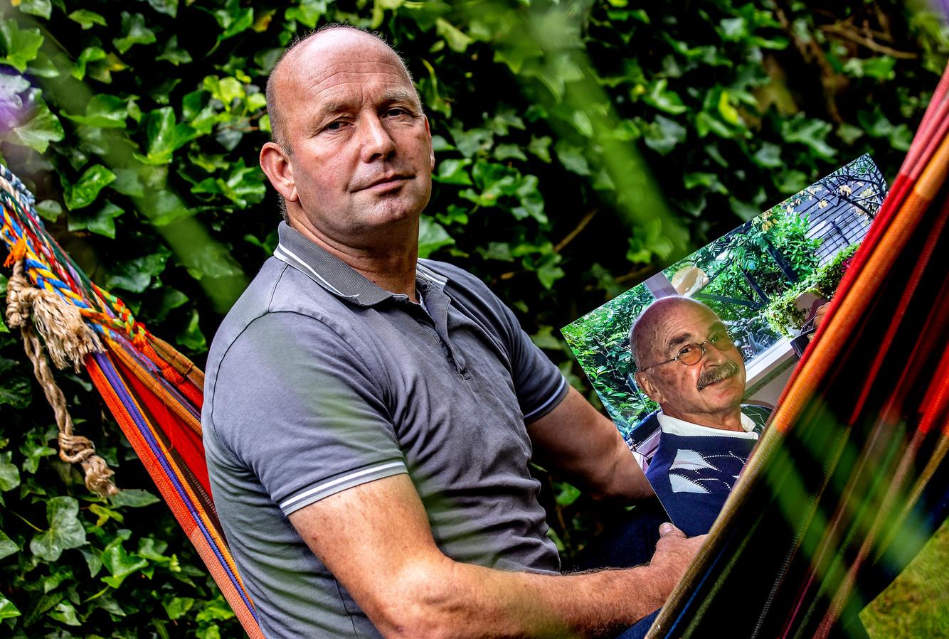Mike Mol met een foto van zijn vader.