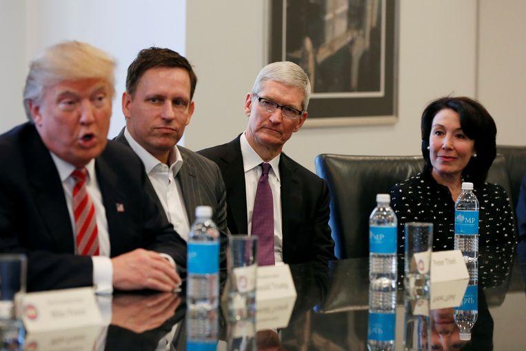 Donald Trump in gesprek met leiders van de techindustrie, waaronder Facebook-bestuurslid Peter Thiel, CEO van Apple Tim Cook en CEO van Oracle Safra Catz. Beeld Reuters