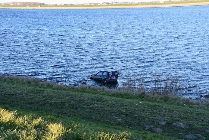 Een automobilist kwam bij de Oesterdam in het water terecht.