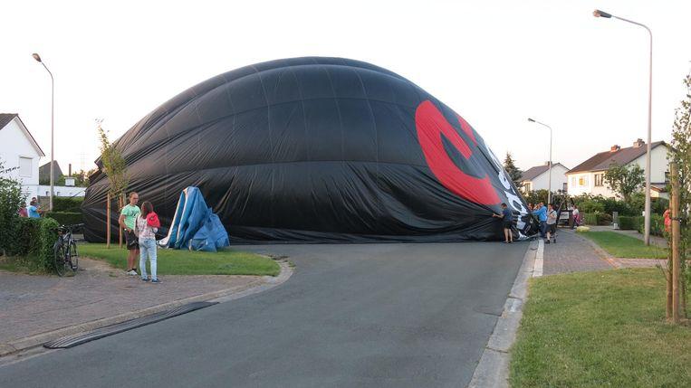 Na de landing werd de ballon naar beneden gehaald.