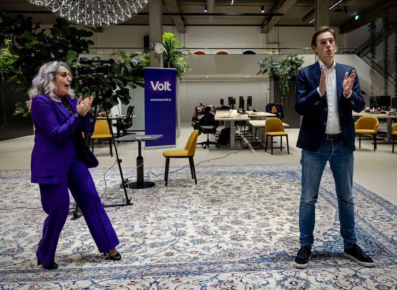 Volt-lijsttrekker Laurens Dassen (r) en Nilüfer Gündoğan reageren  in het kantoor van het Haagse innovatieve bedrijf Secrid op de uitslagen voor de Tweede Kamerverkiezingen.  Beeld ANP