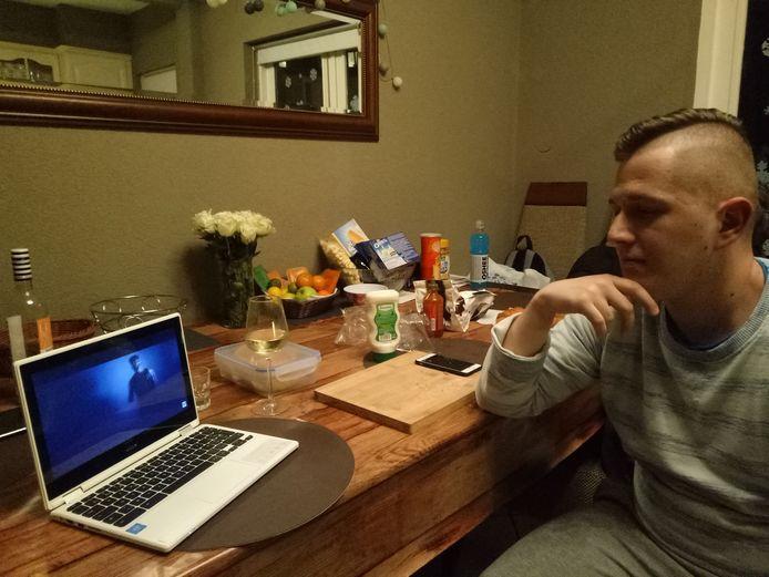 Peter kijkt YouTube-filmpjes op zijn laptop in de Pioenroosstraat.