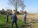 Wethouder Kees van Bokhoven (rechts) neemt een kijkje bij de bermen langs De Oosters in Oudheusden.