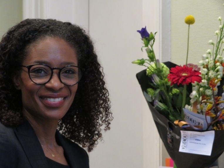 Bloemen voor Sylvana Simons in haar nieuwe kantoor Beeld
