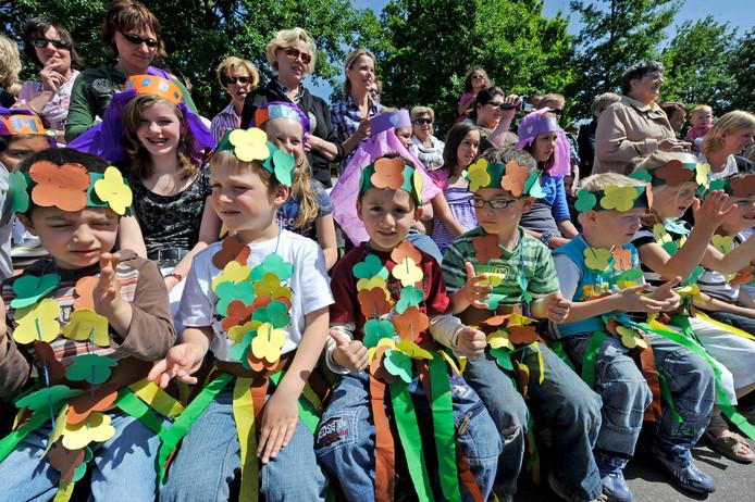 Op basisschool Noorderborch is de komst van peuteropvang flink vertraagd. Op de foto de kleurrijke uitvoering van een dansproject op de school van enkele jaren geleden.