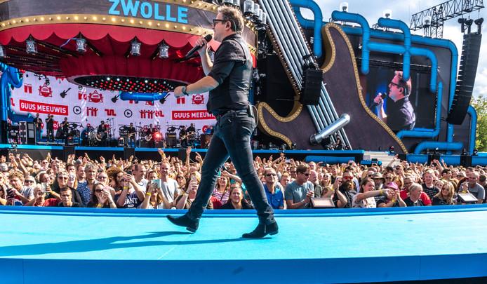 Guus Meeuwis op het podium.