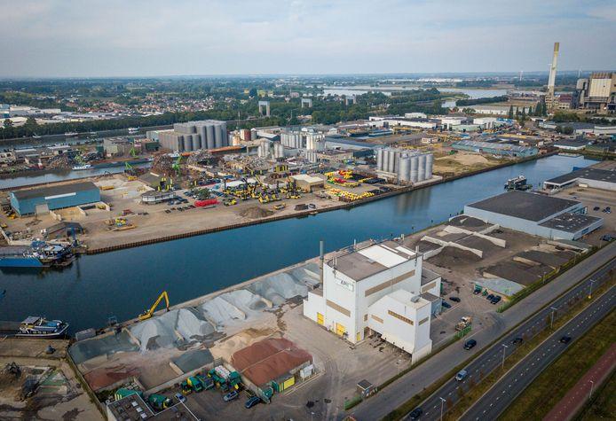 Asfaltfabriek APN in Nijmegen, met op de achtergrond Weurt.