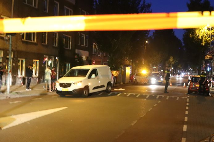 Een fietser raakte zwaargewond bij een botsing met een busje op de Kanaalstraat in Utrecht.