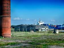 Iconische schoorsteen in Puttershoek staat door nieuwe sloopfase suikerfabriek bijna op omvallen