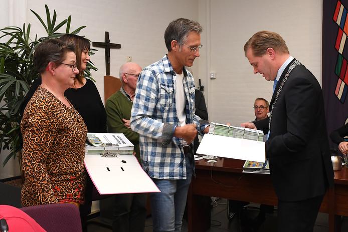 Burgemeester Antoine Walraven van Mill nam in de raadsvergadering van december nog ruim 1800 ondertekende zienswijzen in ontvangst van Millenaren die voor een snelle herindeling van hun gemeente zijn.