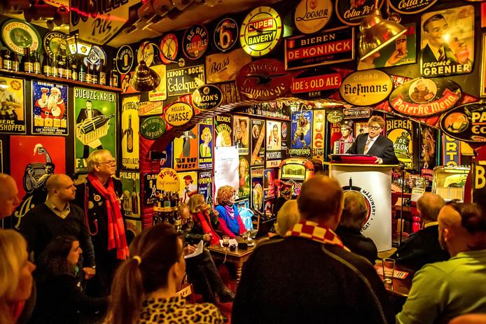 Ronald Kustermans bijt het spits af in de rol van voorzitter van de 'Club van lelijke en lompe mensen' bij de eerste voorronde van de Grôtste Mââuwert van ut Kielegat in het Bierreclamemuseum.
