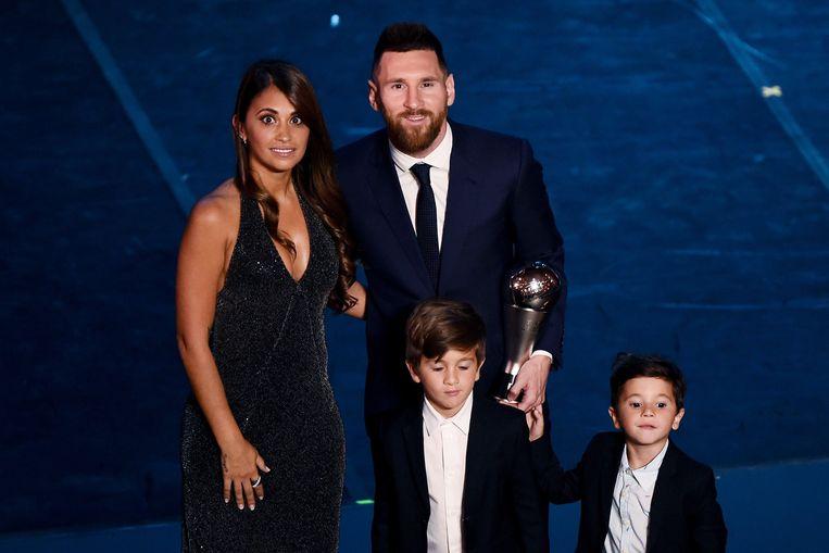 Maandagavond met zijn vrouw Antonella en zijn oudste zonen Thiago (6) en Mateo (4). Voor Ciro (1) kwam de party nog te vroeg.