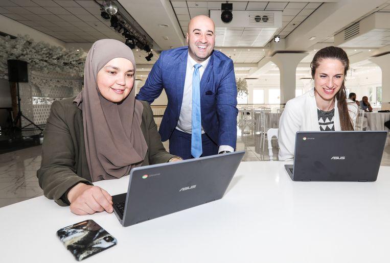 Directeur-bestuurder Younes Hanin van El Amien met de directie Osdorp Nassira Maanane (links) en Laura Nieuwenhuijze. Beeld Eva Plevier