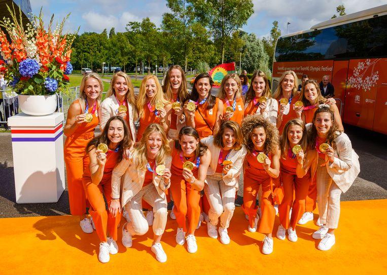 De hockeydames vlak voor de huldiging van de medaillewinnaars van de Olympische Spelen 2020 in Sportpark Zuiderpark. Beeld ANP