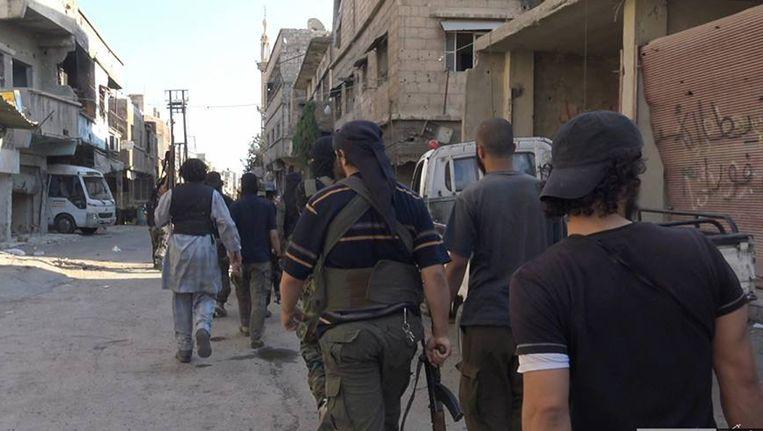 Een door IS vrijgegeven foto waarop te zien zou zijn dat strijders van de terreurgroep door de straten van Qadam paraderen. Beeld AP