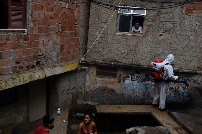 Nettoyage dans une favela de Rio de Janeiro, en avril