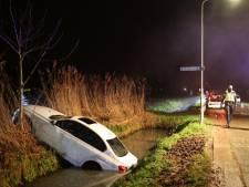 Auto belandt in sloot in Velddriel, bestuurder (20) neemt de benen maar meldt zich alsnog