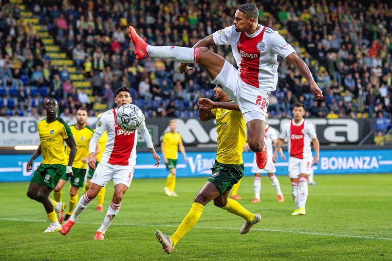 Sébastien Haller probeert met een hoogstandje te scoren, maar dit keer blijft de Ajax-spits verstoken van goals Beeld Guus Dubbelman / de Volkskrant
