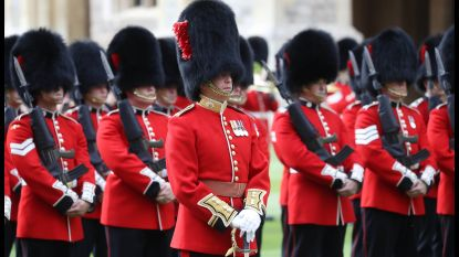 Soldaat Britse Queen's Guard duwt toeriste hardhandig opzij