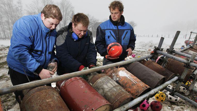 Leden van de oudejaarsvereniging in het Achterhoekse Silvolde ontsteken ouderwetse melkbussen voor het traditionele carbidschieten. Beeld ANP