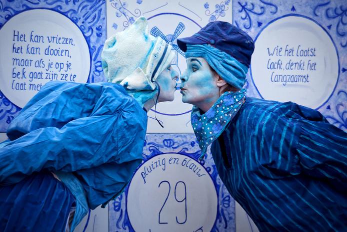 Het duo Pluizig en Blauw staat ieder jaar garant voor een mooie act. Dit jaar was hun motto Goeie raod is nie duur, vereeuwig ut op oew glazuur.
