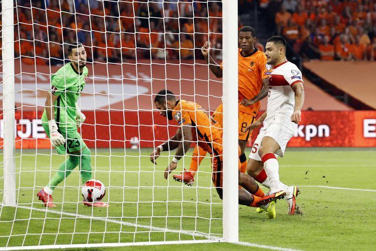Vallend kopt Memphis Depay de vierde treffer van Oranje, en zijn derde, binnen. Beeld ANP