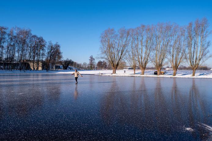 Een eenzame schaatser waagde zich tijdens de laatste winterprik op het natuurijs.