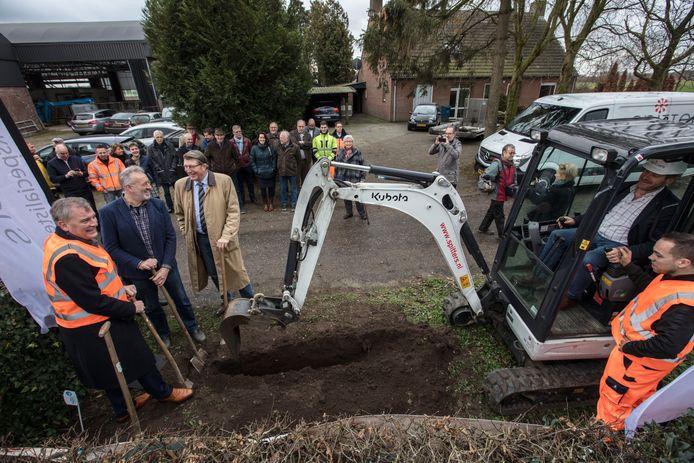 In Sterkel is begonnen met de aanleg van glasvezel in het buitengebied van de gemeente Heeze-Leende.