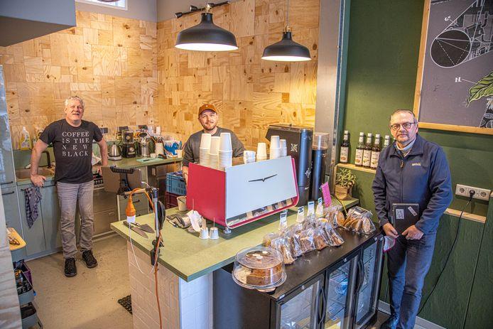 Ron de Wit (links), Sander Groenink en Gijs van den Berg hebben samen met Frans van den Berg al zeven afleveringen van de Koffiepodcast online gezet.