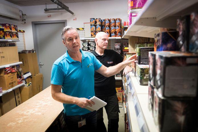 De controleur  van de Omgevingsdienst Regio Arnhem (in het blauw) en vuurwerkverkoper André Bax.