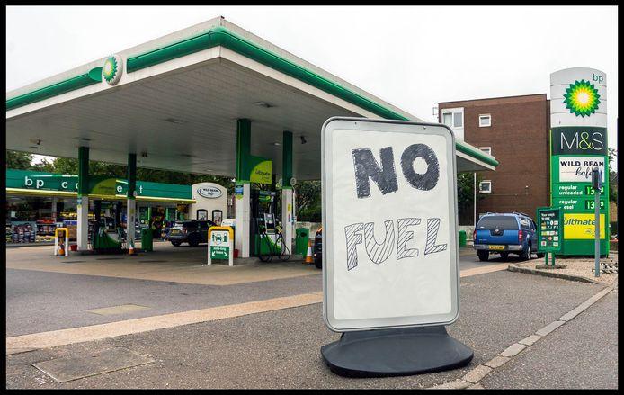 La pénurie de carburant entraîne la fermeture des stations-service et la formation d'énormes files d'attente dans d'autres stations, en raison de la panique des automobilistes.