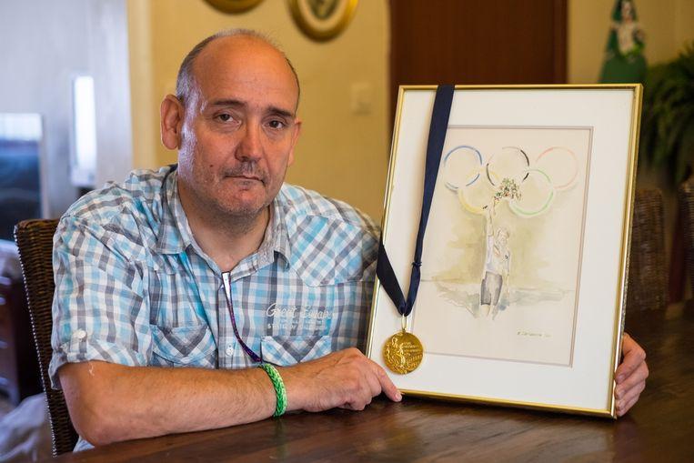 """Roger Ilegems met zijn gouden medaille. """"Zelfs vandaag krijg ik nog brieven van mensen die vragen voor een handtekening."""""""