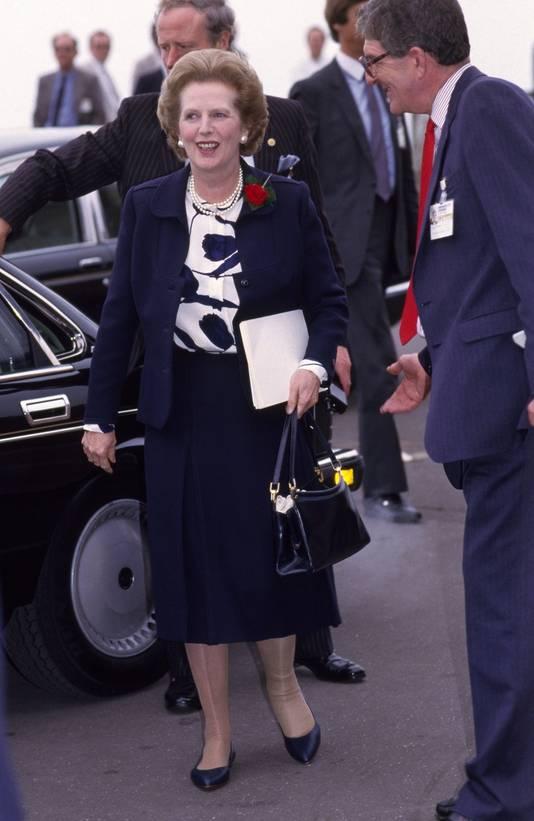 Margaret Thatcher met haar 'power bag'.