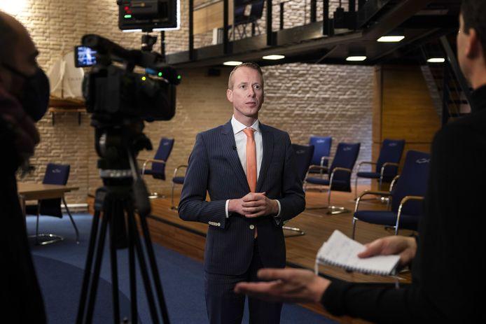 Cees van den Bos tijdens een interview in de raadzaal van Urk.