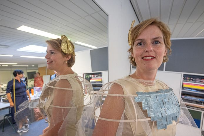 Hilde Palland Mulder wordt aangekleed voor Prinsjesdag. Het kamerlid uit Kampen bezet de twaalfde plaats op de kandidatenlijst van het CDA.