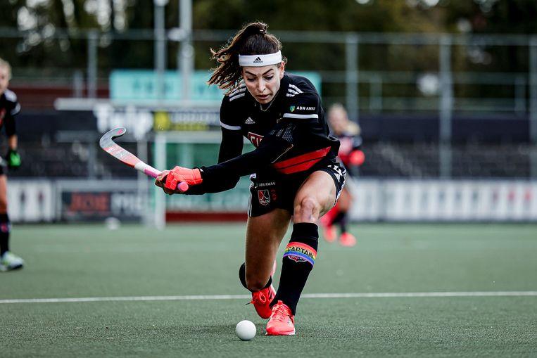 Eva de Goede (233-voudig international) van Amsterdam, in actie tegen SCHC, op 11 oktober, toen er nog gespeeld mocht worden.  Beeld BSR Agency