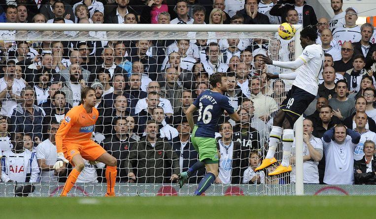 Na 18 minuten leek er geen vuiltje aan de lucht voor Tottenham: 1-0 via Adebayor. Beeld EPA