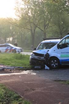 Collega's botsen met werkbusjes op elkaar, één gewonde