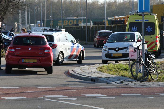 De fietser reed op het fietspad en werd over het hoofd gezien door de automobilist.