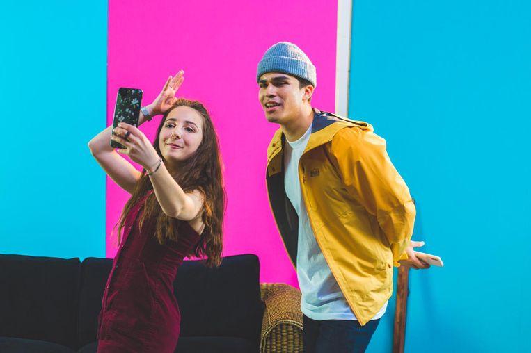 De Nederlandse TikTokberoemdheid Sara Dol in actie met zanger en YouTuber Alex Aiono uit de Verenigde Staten. Beeld