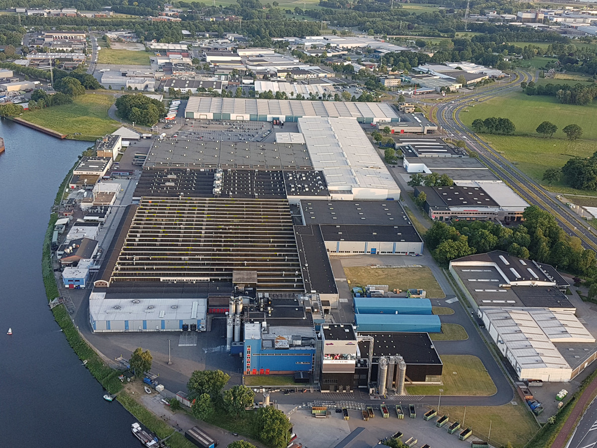 Het bedrijfscomplex van bandenproducent Apollo-Vredestein aan het Twentekanaal in Enschede.
