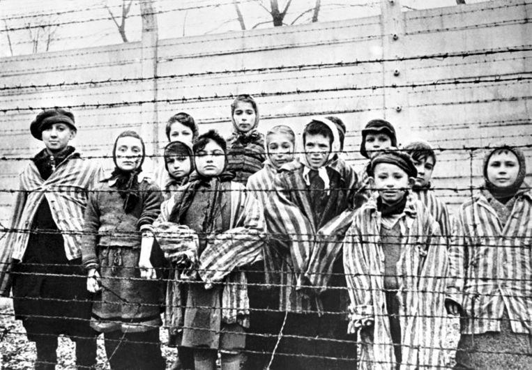 Russische troepen troffen overlevende kinderen aan in Auschwitz-Birkenau, 27 januari 1945.  Beeld Getty Images