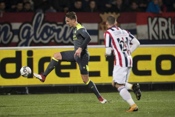 Luuk de Jong. Rechts Kostas Tsimikas van Willem II.