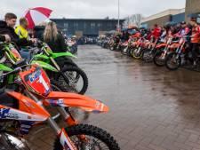 Motorcrossers in een rij als eerbetoon aan Erwin Robins