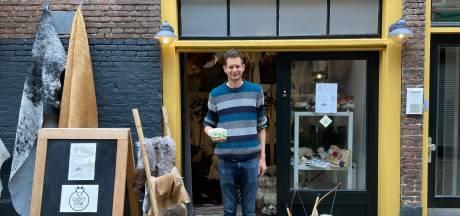 In dit nieuwe winkeltje verkoopt Luke schapenvachten: 'Zoiets hebben we in Zwolle nog niet'