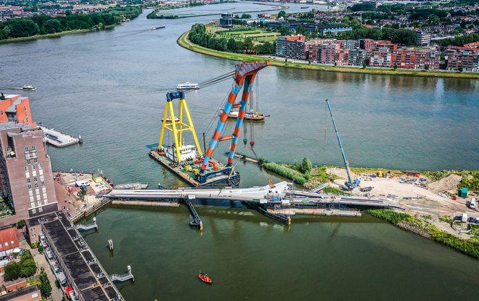 Het inhijsen van de Prins Clausbrug is in volle gang.